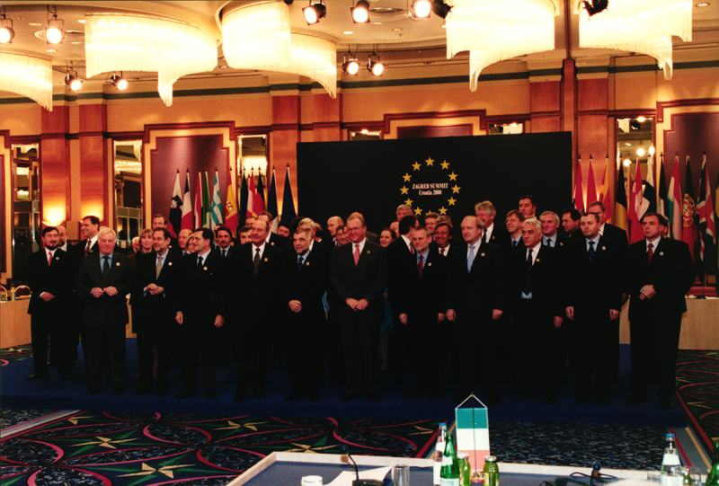 Group photograph of the participants to the Zagreb summit of 21st December 2000 (HAEU, RP 494-01)