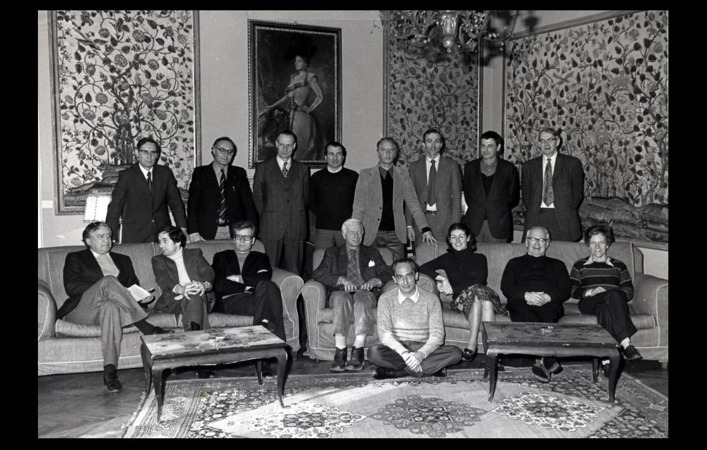 The first Academic Council and key members of the administrative and academic staff meeting prior to the EUI's opening in Autumn 1976 (Unknown author / HAEU, EUI 15)