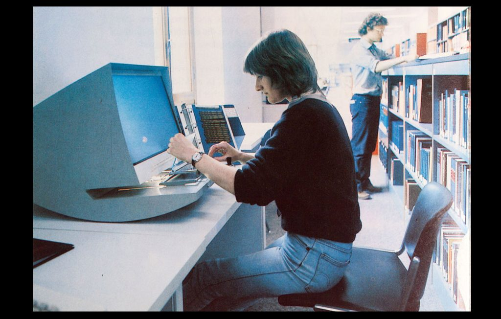 Students using the microfiche reader at the EUI library in the mid 80's (Unknown author / HAEU, EUI 1195)
