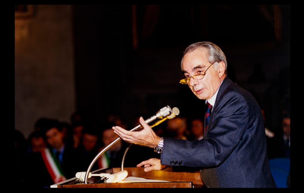 The former Prime Minister of Italy, Giuliano Amato, delivering the 22st Jean Monnet lecture at the European University Institute on 20 November 2000 (Unknown author / HAEU, EUI 701)
