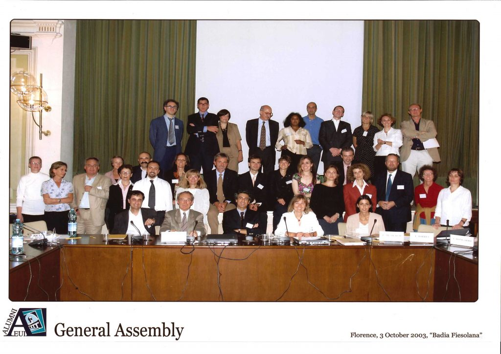 Group photo of the  EUI Alumni General Assembly at Badia Fiesolana in Florence on October 3rd 2003 (HAEU, EUI 314)